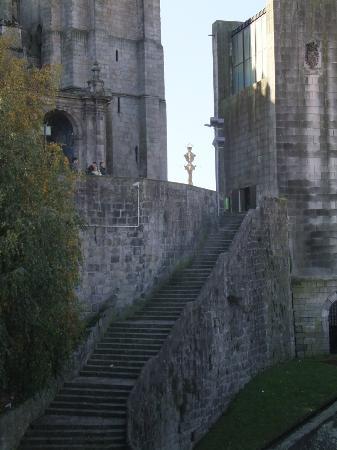 Porto, Portugal: Montée pour la cathédrale juste en bas à droite un marché au poissons très rural