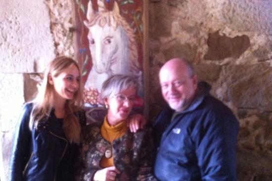 Las Moradas Del Unicornio: Olga y Kim en la entrada de las Moradas