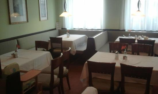 Hotel Hadrigan: Beim Frühstück die Menschen an der Haltestelle zusehen