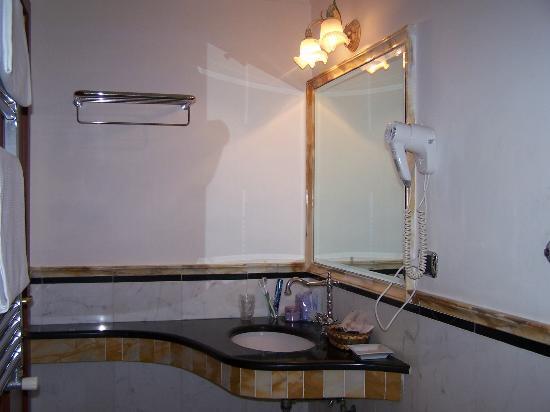 Domus Florentiae Hotel: Il nostro bagno, sulle modanature neppure un granello di polvere