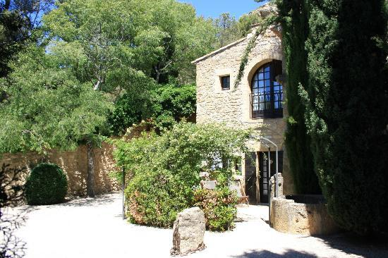 Garrigae Abbaye de Sainte Croix: courtyard room entrance