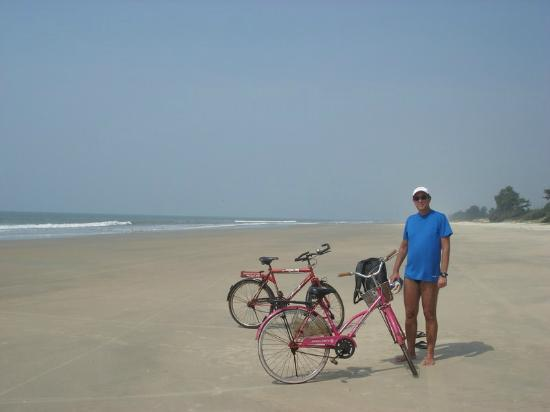 Benaulim Beach: From Benaulim to Cavelossim by bike. We are in Varca Beach.