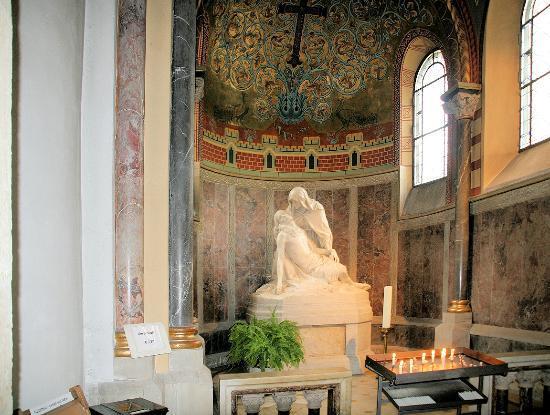 St. Gereon: Sarkophag im Eingangsbereich