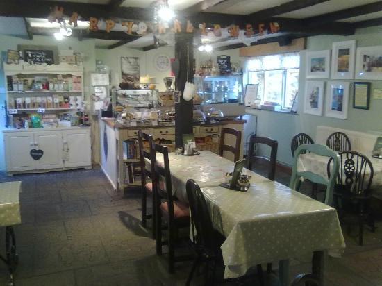 Easter Peel Farm Coffee & Crafts: Plenty of space inside the cafe - spoilt for choice with cakes!