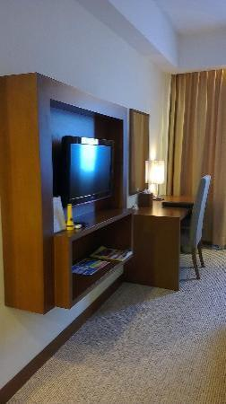 Aston Tanjung Pinang Hotel and Conference Center: TV and Writing Desk