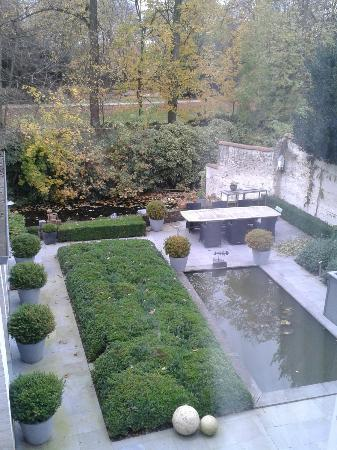 Bed & Breakfast Speelmansrei: View of garden and canal from bedroom
