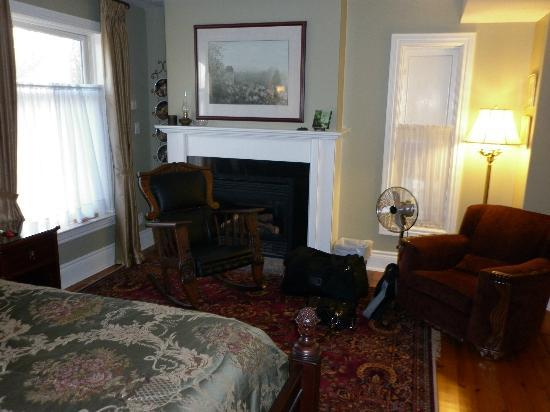 Everheart Country Manor: bedroom area of garden view suite