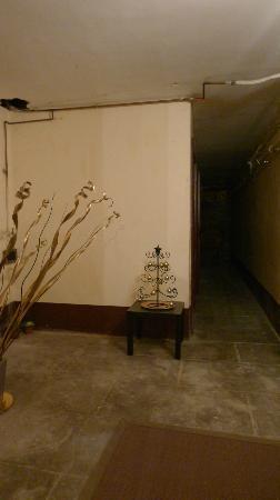 Aux Clés de Lune : couloir en face de l'entrée de la chambre d'hote