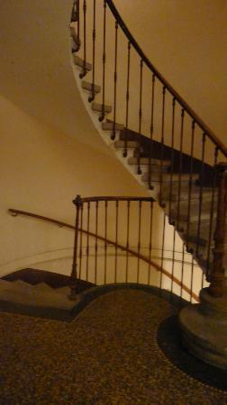 Aux Clés de Lune : cage d'escalier avant de descendre