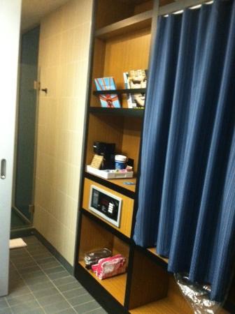 Aloft Milwaukee Downtown: Closet and Shelves in Bath