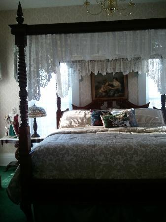 Victorian Quarters Bed and Breakfast: River Room (Bedroom)