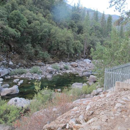 Yosemite View Lodge: View of Merced River from ground floor patio of room