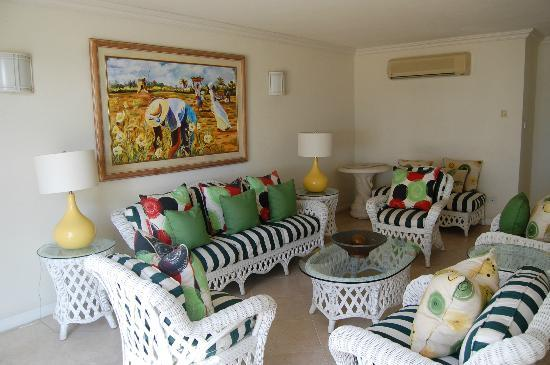Coral Sands Beach Resort: Sitting area inside hotel (off bar deck area)