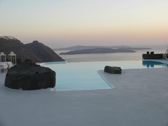 Aenaon Villas: Vue de la piscine à débordement en soirée