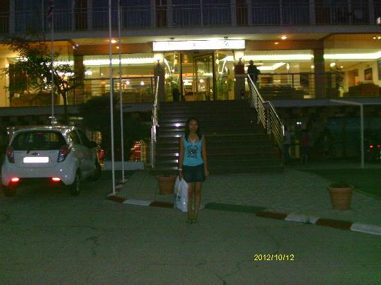 Playa Moreia Apartments: night time at front of hotel