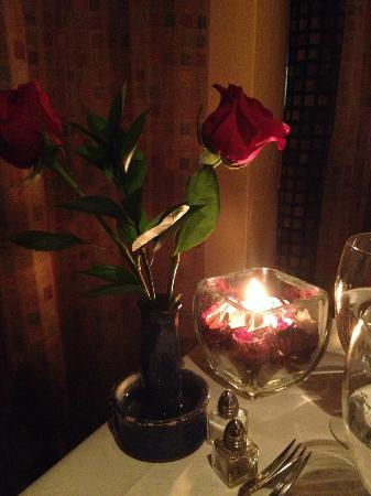 Le Rouge Restaurant: Lovely roses and candlelight