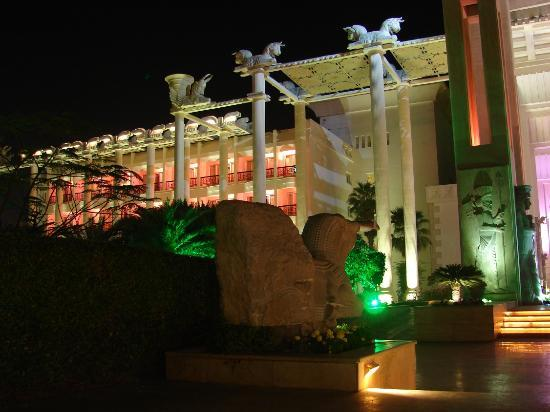 Dariush Grand Hotel: Night view