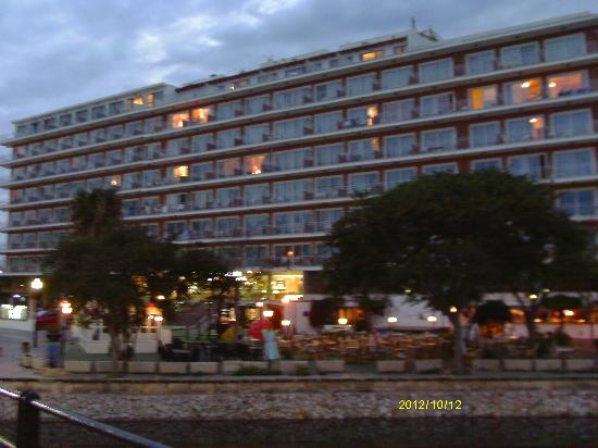 Playa Moreia Apartments: night view