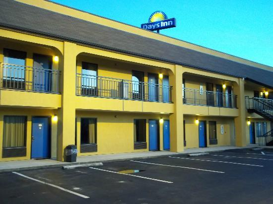 Days Inn Biscoe: Loved the blue doors