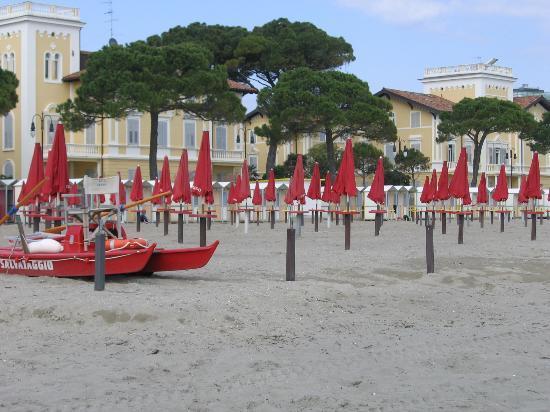Hotel Villa Erica: Strand direkt am Park vor der Villa Erica