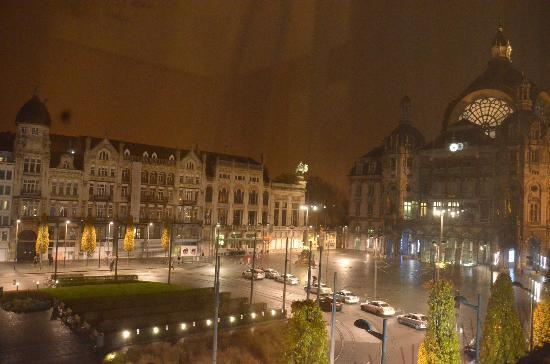 Billard Palace: Night time view of the Train Station, Zoo entrance and Square.