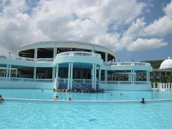Grand Palladium Jamaica Resort & Spa: Busy pool bar