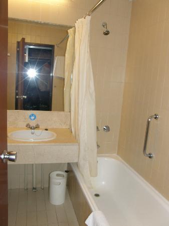 Weare Chamartin Hotel: バストイレ