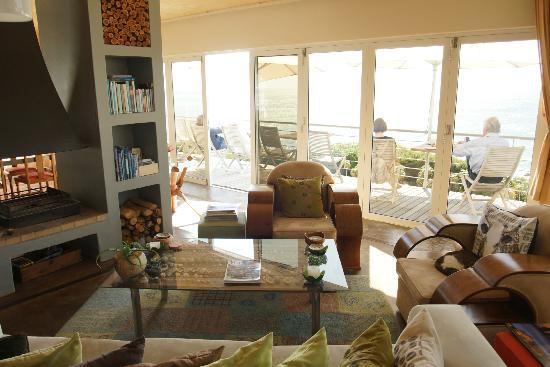 Whalesong Lodge: Living room and balcony overlooking the bay