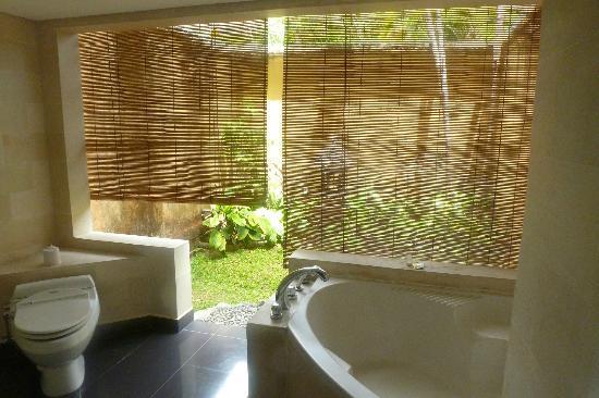 Sanur Paradise Plaza Hotel: Persianas del baño al patio