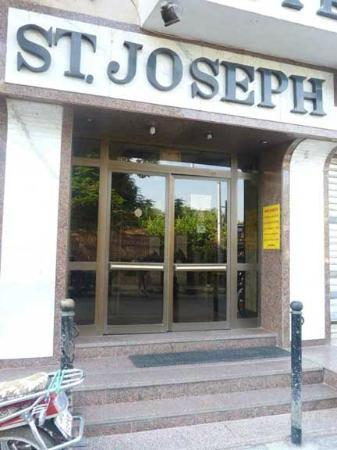 Saint Joseph Hotel: Entrance - notice the yellow sign on the wall