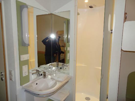 ibis budget berlin, coin salle de bain / douche - picture of ibis ... - Budget Salle De Bain