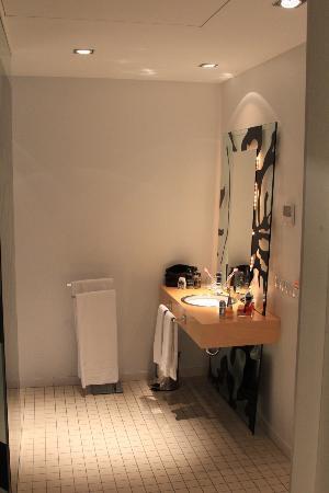Room Mate Óscar: couloir salle de bain