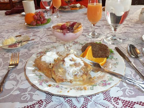 The Parlor Bed and Breakfast: Best French toast on the planet!!