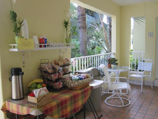 Alhambra Beach Resort: Breakfast area