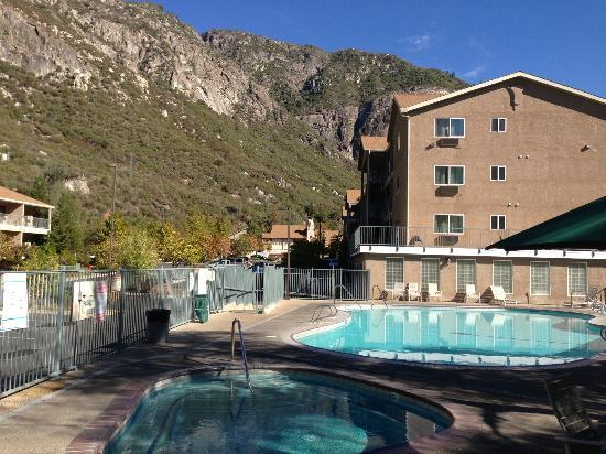 Yosemite View Lodge: One of several pools