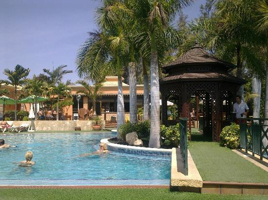 Green Garden Resort & Suites: Poolside