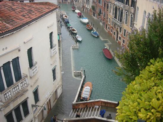Hotel Papadopoli Venezia MGallery by Sofitel: vista del canal desde la habitacion