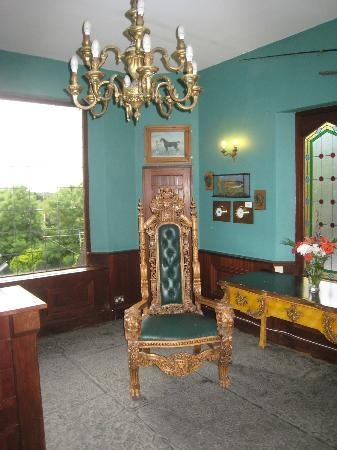 Abbeyglen Castle Hotel: Front foyer with chandelier and antique chair