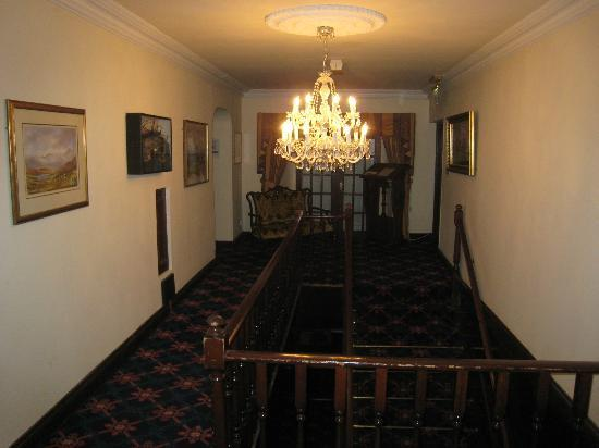 Abbeyglen Castle Hotel: Second floor landing, dining room to the right at the far end