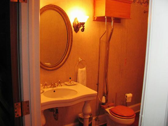 Plains Historic Inn: 1920 bathroom