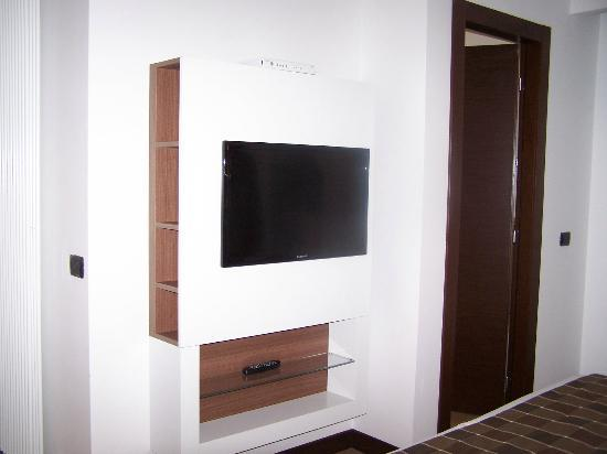 Residence Hotel Parioli: TV is situated in a great feng shui angle