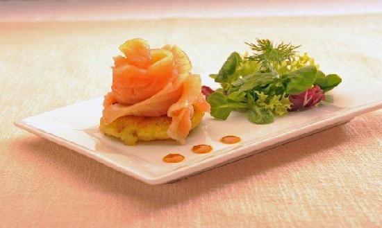 """Hotel Restaurant Kolb: Rose von hausgebeiztem Lachs (Rezept aus unserem Kochbuch """"EREC'S  ESSKAPADEN"""")"""