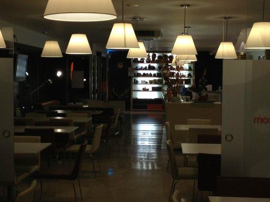Hotel Bed4U Tudela : Zona de desayunos y la recepción al fondo