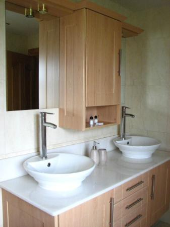 Ballintogher, Irland: Brand new bathroom - twin sinks!