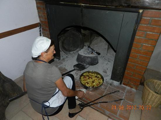 Agriturismo La Fonte : La signora Anna ci prepara le patate (con carne e salsiccia) sotto la coppa