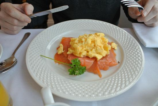 Morwendon Guest House: Smoked salmon and scrambled eggs on toast