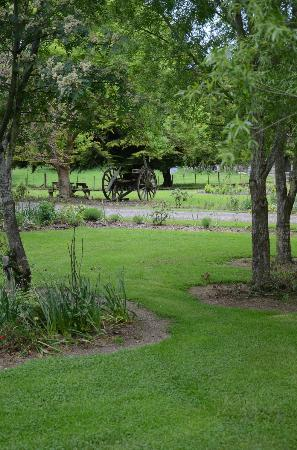 Catlins Retreat Guest House: Rambling gardens to enjoy at Soap Company