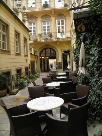 Hotel U Zlateho Jelena: Cour intérieure