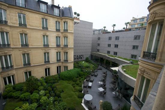 Hôtel Barrière Le Fouquet's Paris: view into the courtyard from junior suite