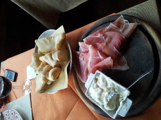 Antica Osteria di Montecarelli: тосканский хамон с плавленным сыром и хлебушком